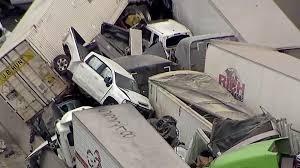 Bildergebnis für schrecklichen Massenunfall von 100 Autos sterben sechs Menschen und 65 sind verletzt auf der Glatteis Autobahn in Texas
