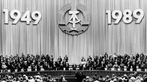 Letzte Gründungsfeier der DDR: Der 40. Geburtstag der DDR wurde der letzte  - ZDFheute